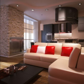 Красные подушке на кожаном диване