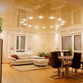 Бежевый потолок с точечными светильниками
