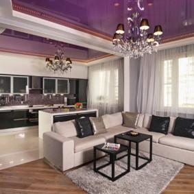 Фиолетовый потолок с блестящей поверхностью