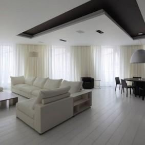 Черно-белый потолок просторной гостиной