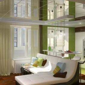 Зеркальный потолок в кухне-гостиной