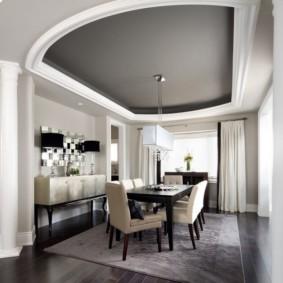 Серый потолок натяжного типа