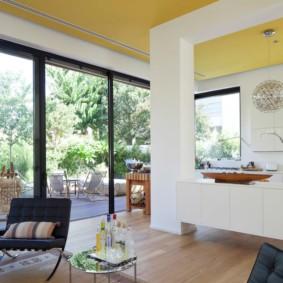Желтый потолок с точечными светильниками