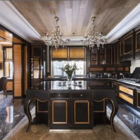 Стеклянные люстры на потолке кухни с деревянной отделкой