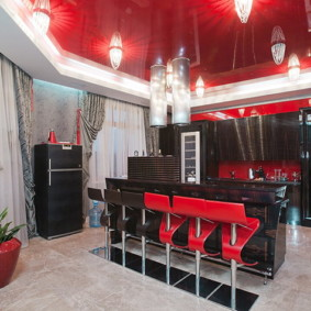 Красный потолок в кухне с черной мебелью