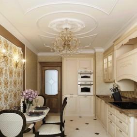 Гипсовая лепнина на потолке кухни вытянутой формы