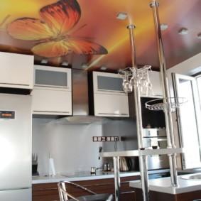 Фотопечать на потолке кухни в городской квартире