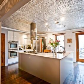 Панельный потолок в кухне с островом
