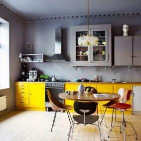 Желтый гарнитур в кухне с серым потолком