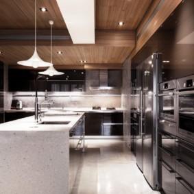 Белая балка на деревянном потолке