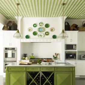 Зеленые обои в клетку на потолке кухни