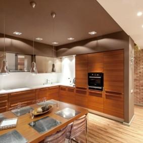 Дизайн кухни с коричневым потолком