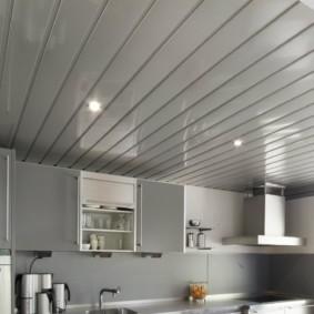 Пластиковая вагонка на кухонном потолке