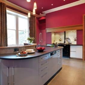 Бардовая отделка стен и потолка кухни
