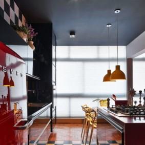 Стильная кухня с черным потолком