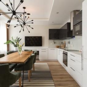 Угловая кухня с двухуровневым потолком