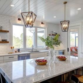 Светильники из проволоки над кухонным островом