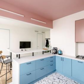 Розовый потолок в кухне с полуостровом