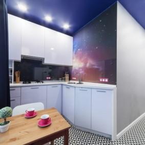 Синий потолок в рабочей зоне кухни
