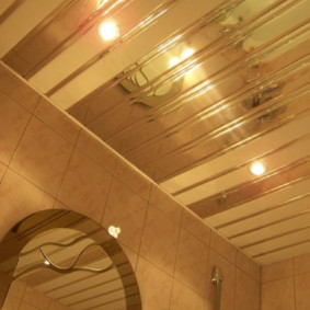 Зеркальные рейки металлического потолка