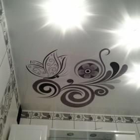 Потолок туалета с узорами на поверхности