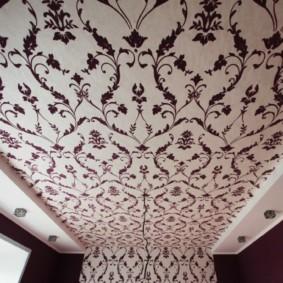 Флизелиновые обои на потолке в санузле
