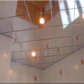 Зеркальная плитка в интерьере туалета