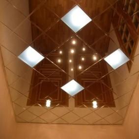 Зеркальная поверхность потолка в туалетной комнате