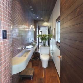 Деревянный пол в узком туалете