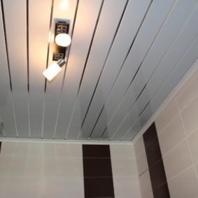 Поворотные софиты на потолке из реек