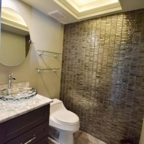 Стеклянная плитка на акцентной стене туалета