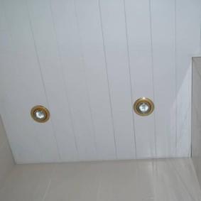 Узкие панели из пластика на потолке туалета