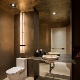 Большое зеркало на стене туалетной комнаты