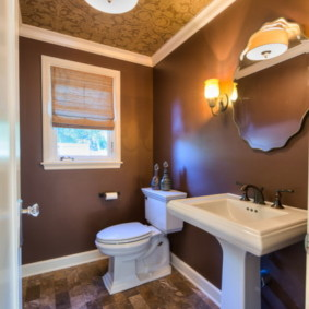 Стильный интерьер туалета с окном