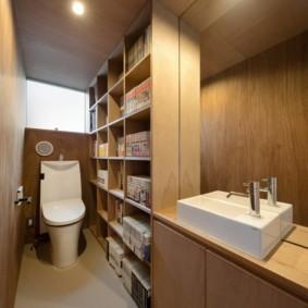Полки для книг в интерьере туалета