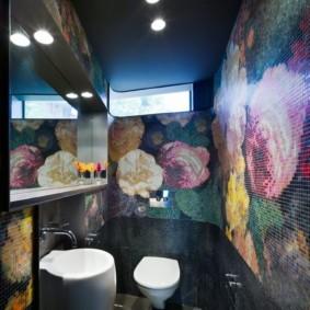 Мозаичный рисунок на стене санузла