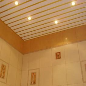 Реечный потолок с золотистыми вставками