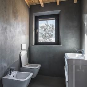 Серый стены и деревянный потолок