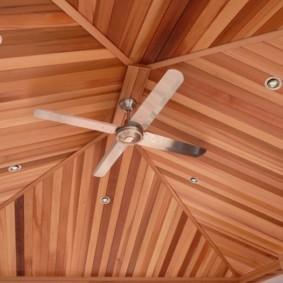 Вентилятор на потолке кухни с отделкой панелями