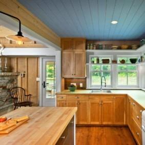 Голубая вагонка на потолке кухни