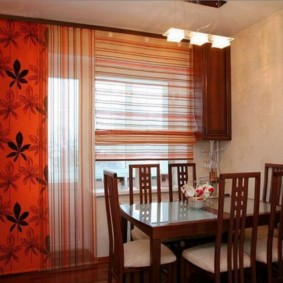 Легкие шторы на окне кухни в японском стиле
