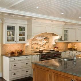 Реечный потолок в кухне частного дома