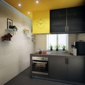 Серо-желтый гарнитур в кухне городской квартиры