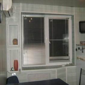 Алюминиевые жалюзи на створках пластикового окна