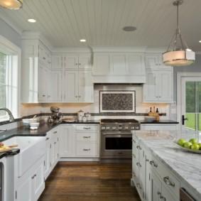 Кухня с островом в загородном доме