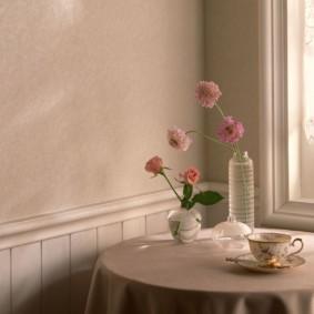 Живые цветы на кухонном столике