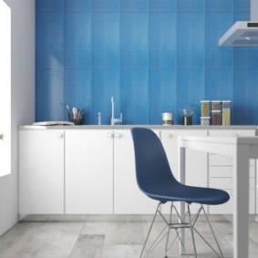 Голубые панели в современной кухне