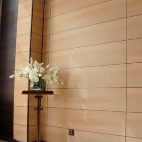 Светло-коричневые панели на стене кухни-гостиной