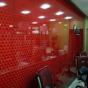 Красная стена с глянцевой поверхностью
