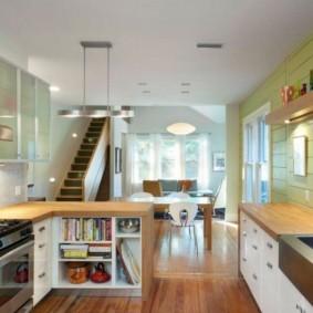 Салатовые панели на стене кухни в частном доме